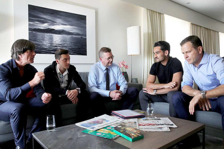 Mesut Özil (Zweiter von links) und Ilkay Gündogan (Zweiter von rechts) sind weiterhin Streitthema.