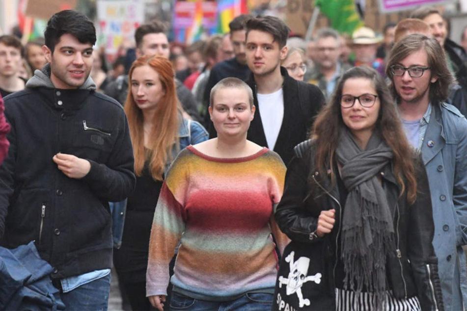 Nach der Kundgebung am Rathaus zieht die Pader-Pride Veranstaltung hier gerade durch die Innenstadt von Paderborn.