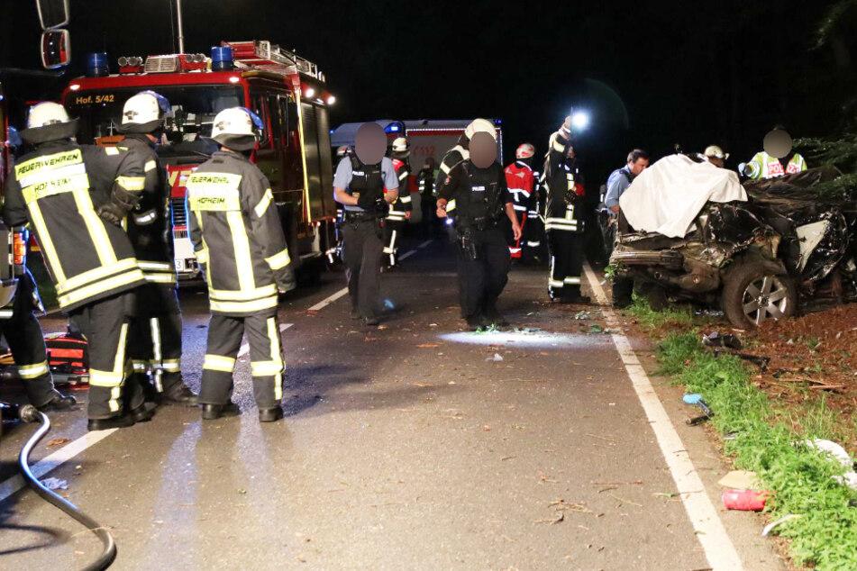 Horror-Crash: Drei junge Männer sterben bei Unfall, Fahrer schwer verletzt