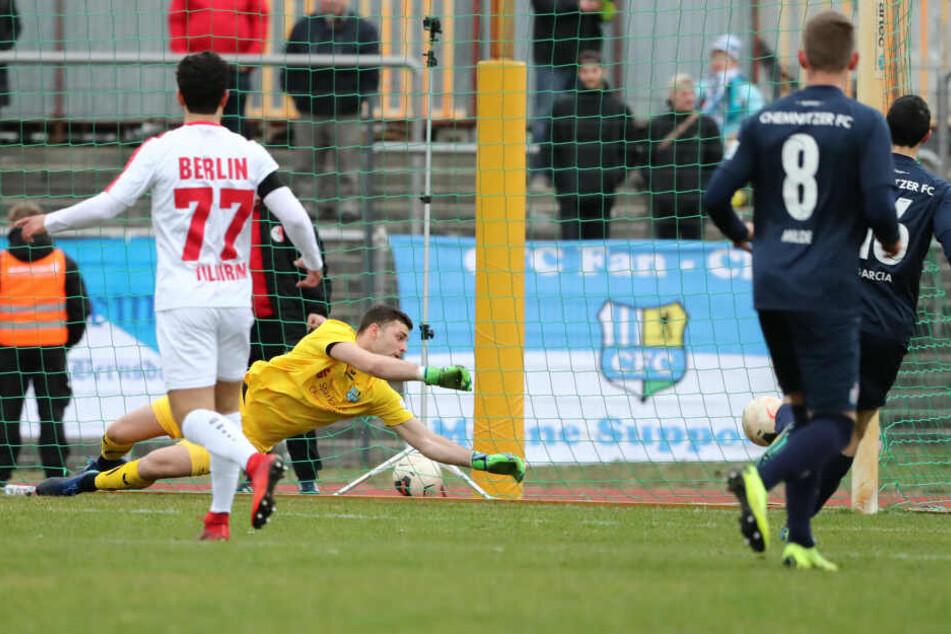 Nichts zu machen für Joshua Mroß: Abu Bakarr Kargbo erzielt das 1:0 für den Berliner AK.