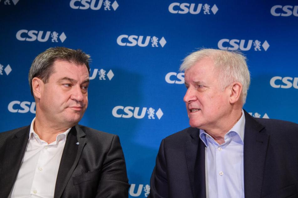 Markus Söder (CSU, l), Ministerpräsident von Bayern, und Horst Seehofer (CSU), Vorsitzender der CSU und Bundesinnenminister, unterhalten sich zu Beginn einer gemeinsamen Sitzung.
