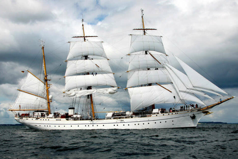 """Das strahlend weiße Segelschulschiff """"Gorch Fock"""" auf See."""