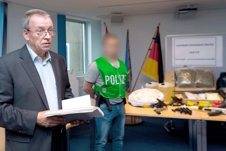 Olaf Schremm (l), Polizeidirektor und Leiter des LKA 43, spricht bei einer Pressekonferenz zu dem großen Drogen- und Waffenfund in Berlin.