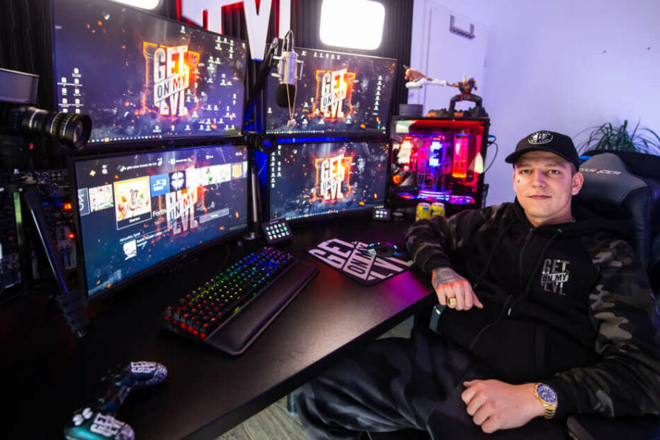 Der YouTuber sitzt in seiner Wohnung vor mehreren PC-Bildschirmen.