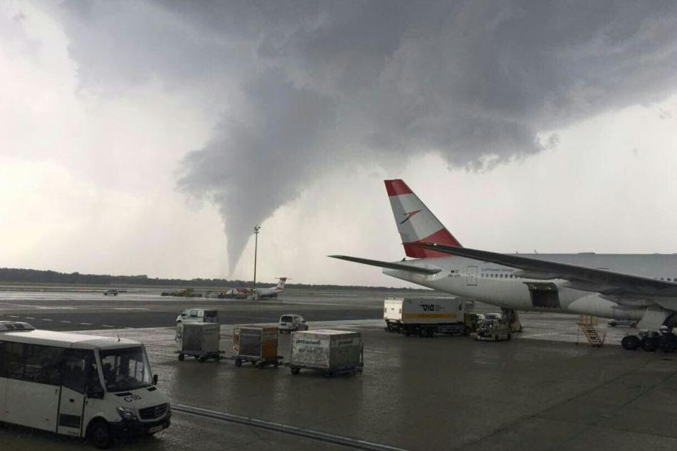 Ein schauriges Bild knapp neben dem Flughafen in Wien. Verletzte oder Verzögerungen im Flugverkehr gab es aber nicht.