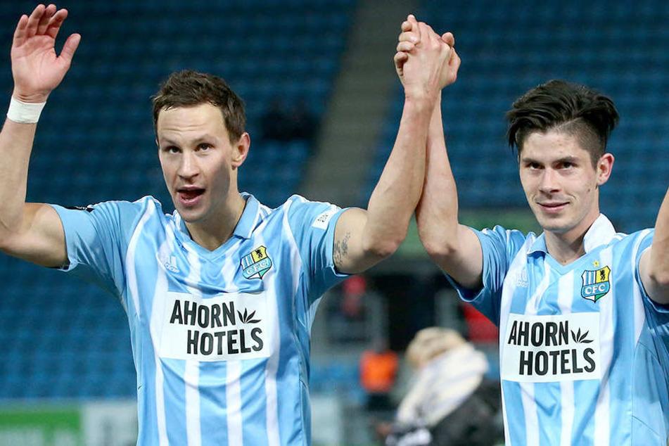 Tim Danneberg (l.) und Dennis Mast wollen mit den CFC-Fans noch drei Heimsiege bejubeln.