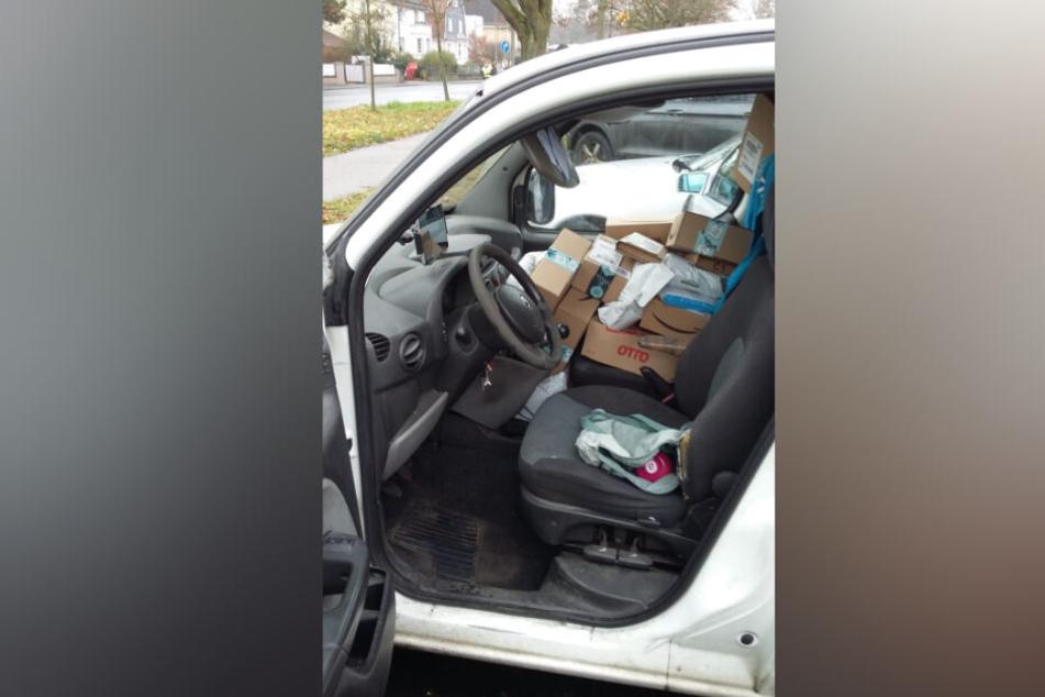 Der Transporter war bis auf den Beifahrersitz vollgeladen mit Paketen.