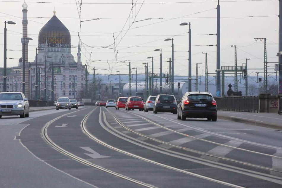 Die Marienbrücke in Dresden bei Tag.