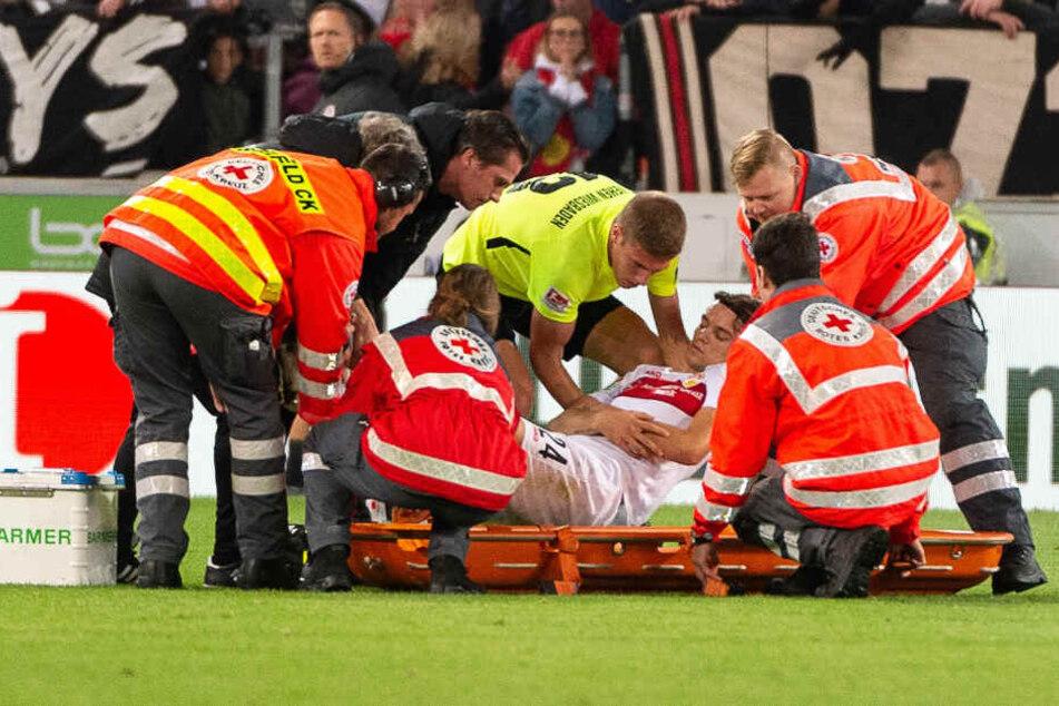 Die Sanitäter eilen zu Hilfe: VfB-Linksverteidiger Borna Sosa ist nach einem heftigen Zusammenprall bewusstlos zu Boden gesackt.