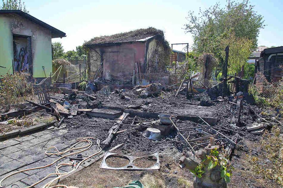 Eine Gartenlaube brannte komplett ab, zwei weitere wurden beschädigt.