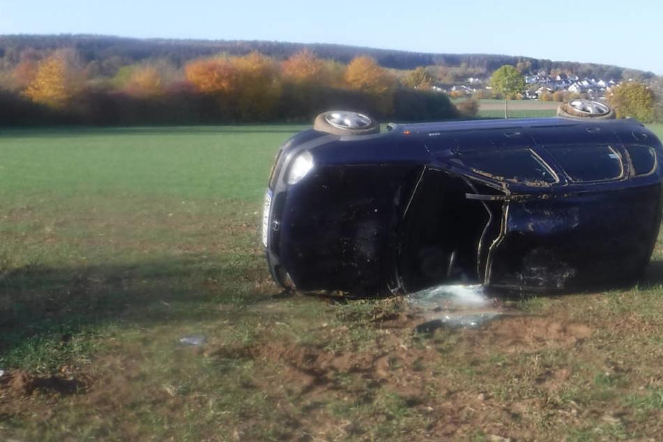 Auto rast ins Feld und überschlägt sich: Fahrerin (19) schwer verletzt