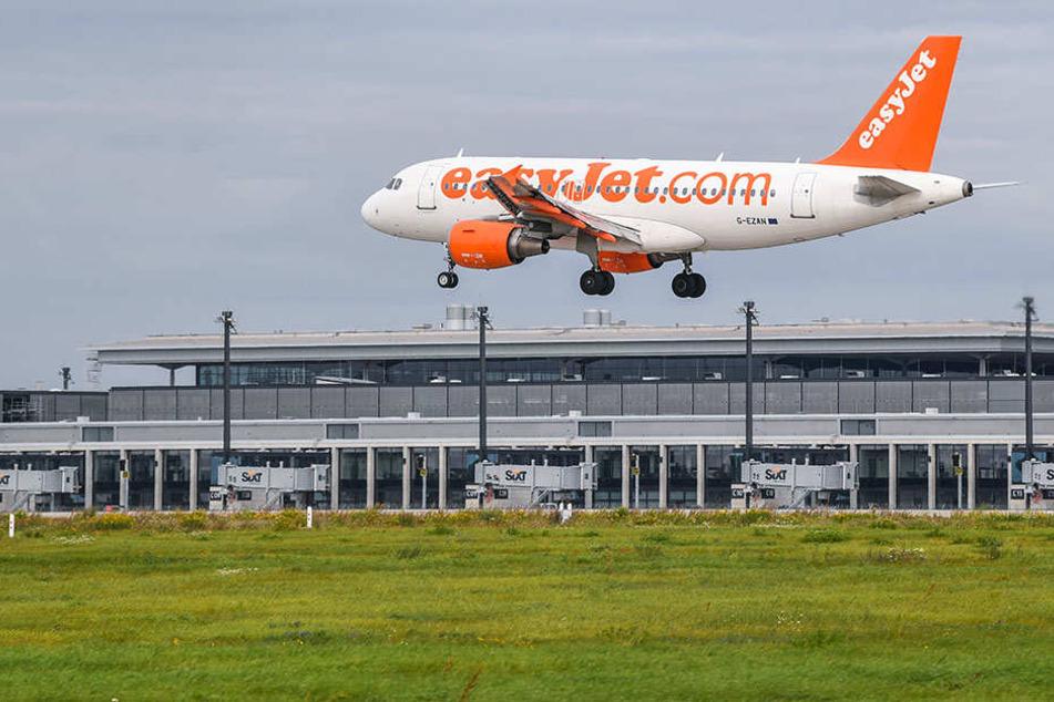 Ein Flugzeug im Landeanflug auf den BER nahe Schönefeld.