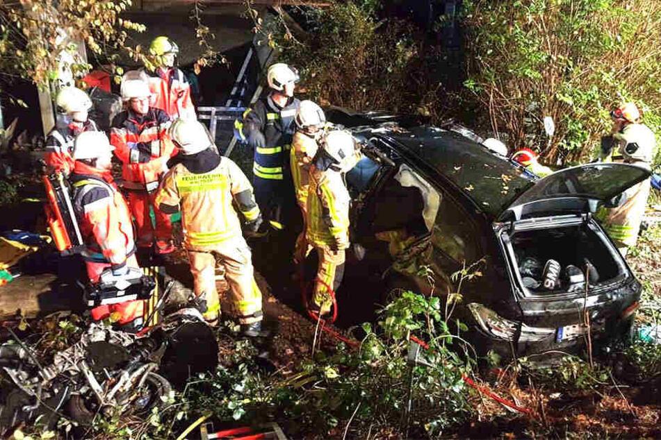 Ein 17-Jähriger war mit seinem Auto gegen einen Baum gekracht.