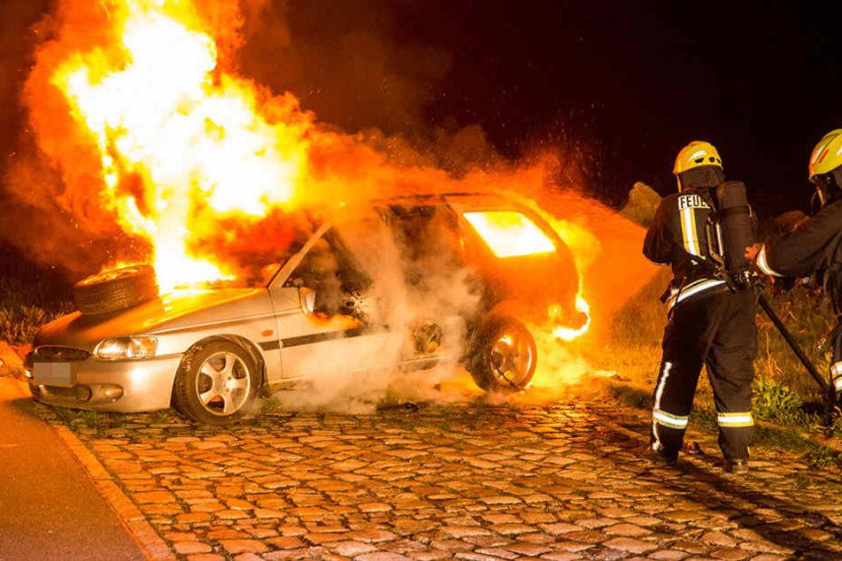 Meterhohe Flammen! Auto brennt komplett aus