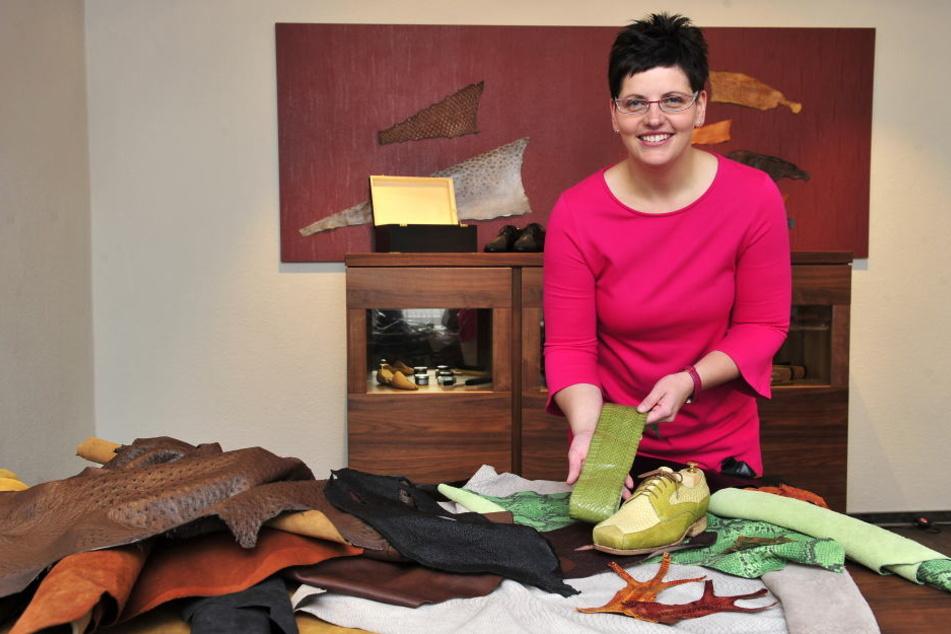 Ulrike Schröder (40) präsentiert die edlen Leder, aus denen dann die Schuhe entstehen.