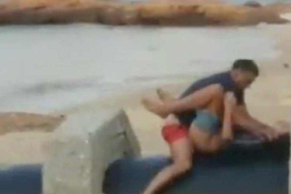Offen treibt es das Paar am Strand.