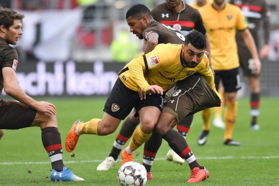 Dynamos Aias Aosman (vorne) setzt sich gegen St. Paulis Torschützen Jeremy Dudziak durch.