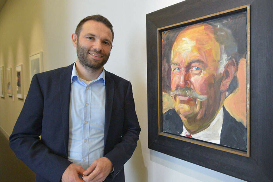 Kurator Dr. Stephan Dahme (42) mit dem Portrait Alfred Gunzenhausers,  das Johannes Grützke 1991 für seinen Freund malte.