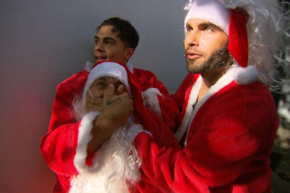 Kevin von Köln 50667 unternimmt waghalsige Aktionen im Weihnachtsmann-Dress.