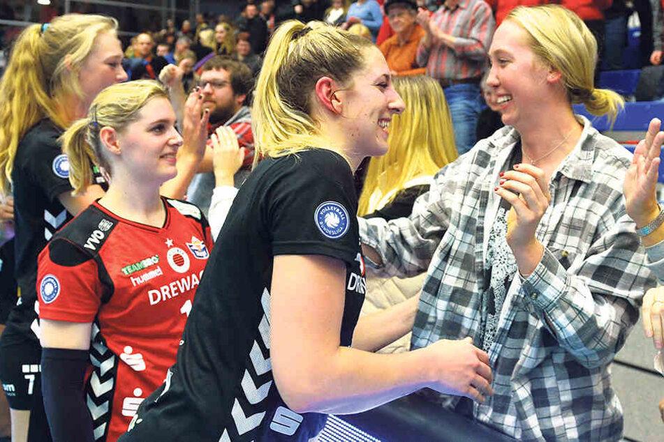 Umarmung nach dem Spiel: Topscorerin Jocelynn Birks und Ex-DSCerin Michelle Bartsch (r.).