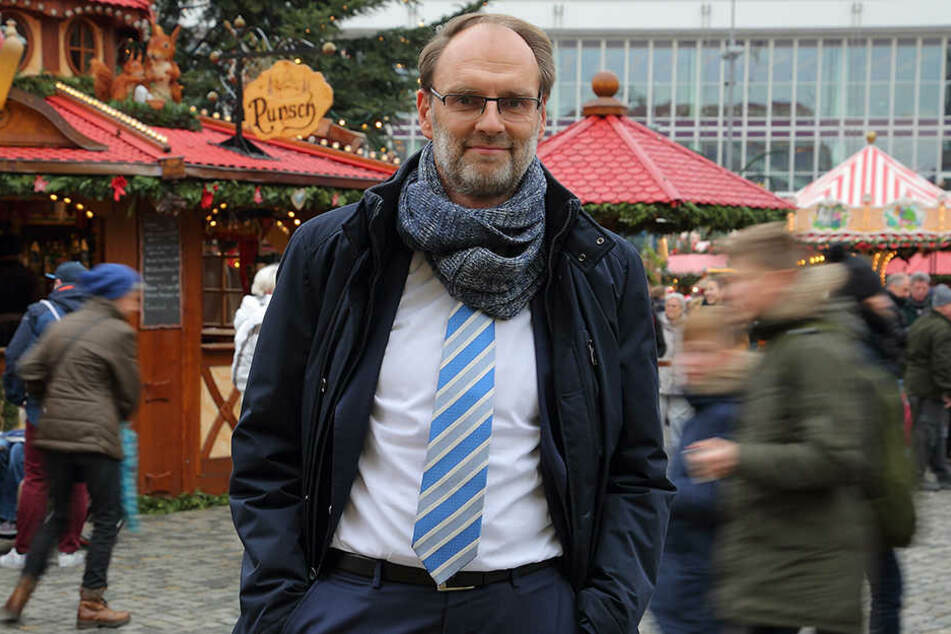 Uwe Vogt (48) von der KKH Dresden rät vor allem zu langfristiger Geschenke-Planung, damit die Weihnachtszeit besinnlich wird.