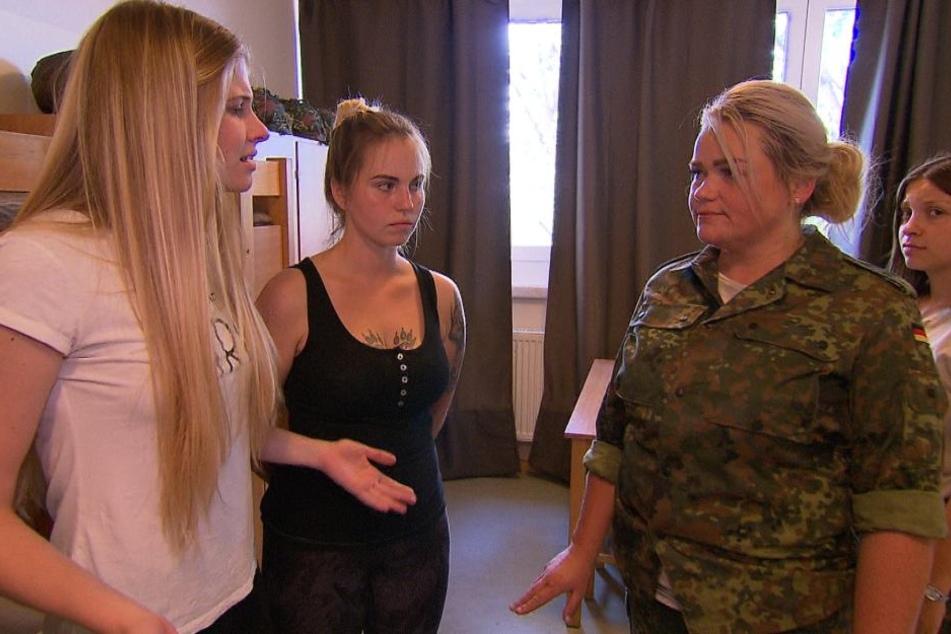 Stella (l.) will endlich, dass die Schikanen durch ihre Bundeswehr-Ausbilderin Mandy (2.v.r.) aufhören. Erst kommt die Annäherung - dann wird wieder alles auf den Kopf gestellt.