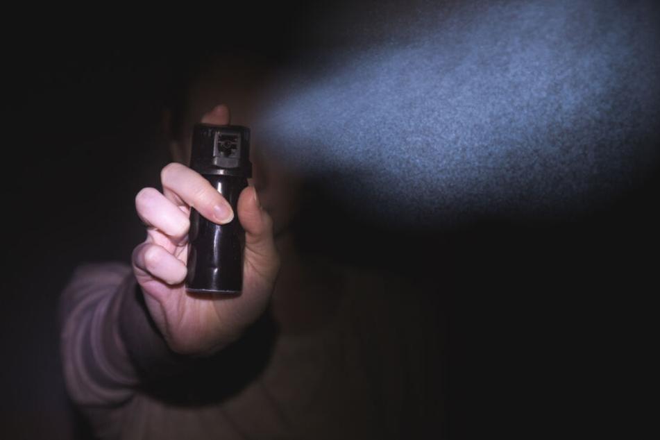 Männer attackieren Gruppe mit Fäusten und Pfefferspray