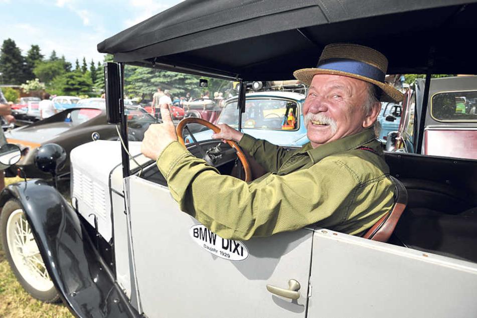 Rolf Kunze (73, r.) rollte mit einem BMW von 1929 an.