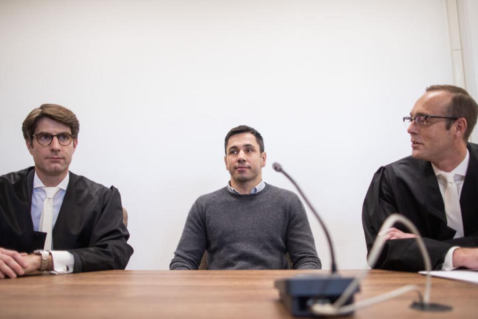 Der ehemalige Box-Weltmeister Felix Sturm sitzt in einem Gerichtssaal zwischen seinen Anwälten Nils Kröber (l.) und Andreas von Dahlen.
