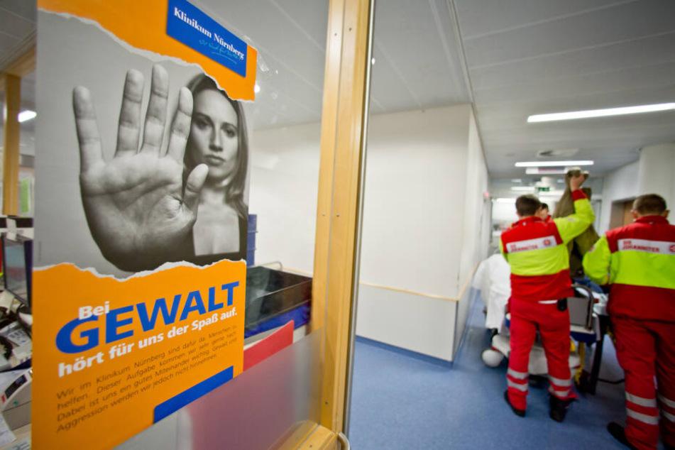 Im Nürnberger Klinikum hängt ein Plakat, das gegen Gewalt aufruft.