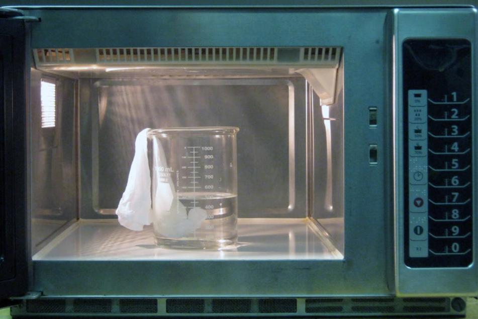 Akustikexperten haben nun untersucht warum ein hartes, in der Mikrowelle erwärmtes Ei explodiert und welche Folgen das haben kann.