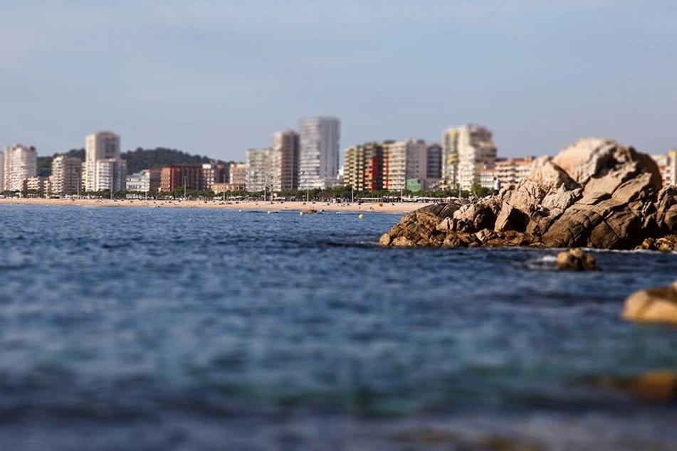 Die junge Französin wurde von drei unbekannten Männern entführt und am Strand von Platja d'Aro misshandelt und vergewaltigt.