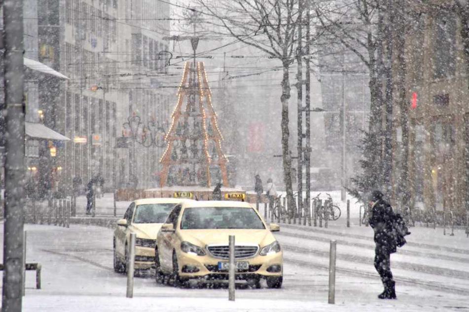 Auch in Chemnitz verpasst der Schnee den Straßen eine Schneedecke.