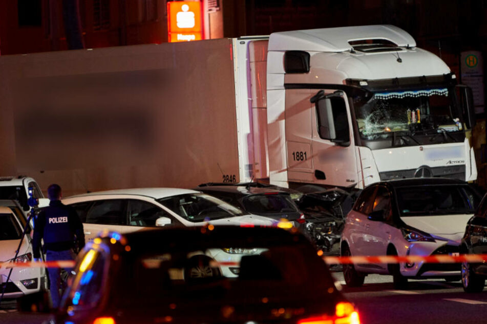 Der Lastwagen rammte neun Autos.