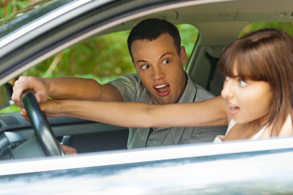 Der Fahrer tauschte kurzerhand seinen Platz mit seiner Beifahrerin. (Symbolbild)