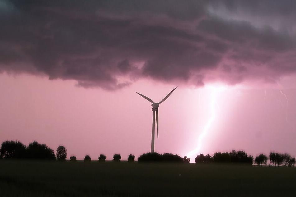 Diese spektakuläre Aufnahme entstand im niedersächsischen Laatzen: Ein Blitz schlägt in der Nähe eines Windrades ein, während eine Unwetterfront über die Region hinwegzieht.