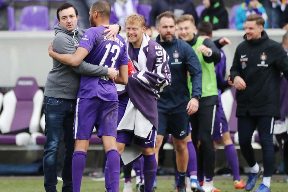FCE-Trainer Daniel Meyer (l.) umarmte Louis Samson, der für den verletzten Malcolm Cacutalua ins Spiel gekommen war.