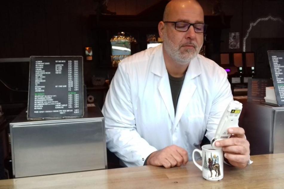 Lebensmittelkontrolleur Oliver Maier testet die Temperatur eines Glühweins.