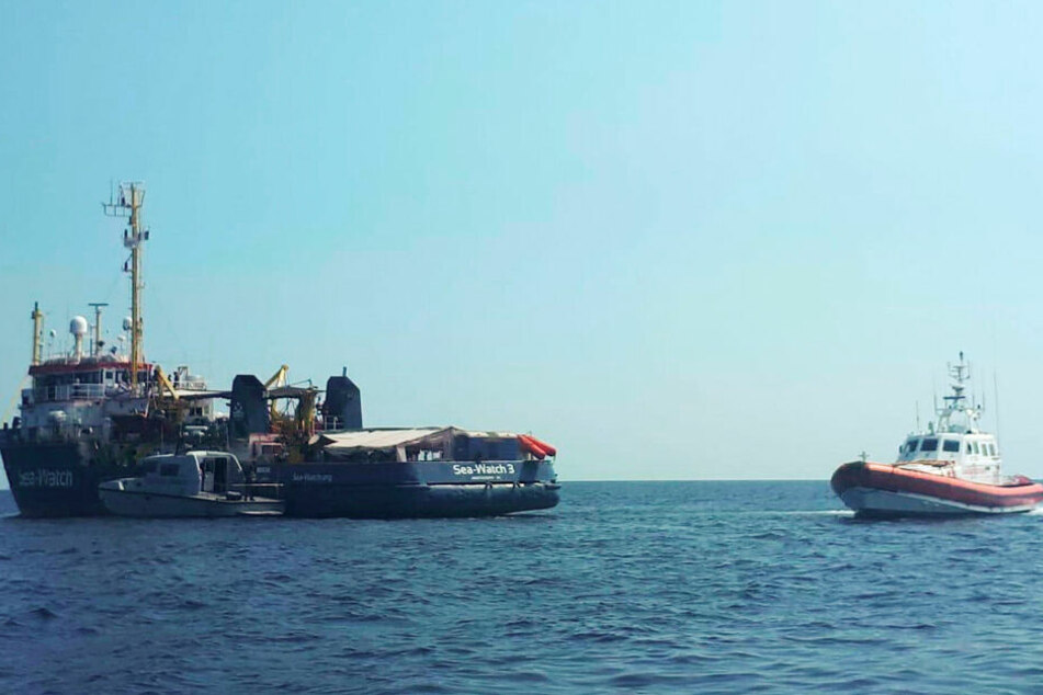 """Die """"Sea Watch 3"""" wird von einem Patrouillienboot angefahren."""