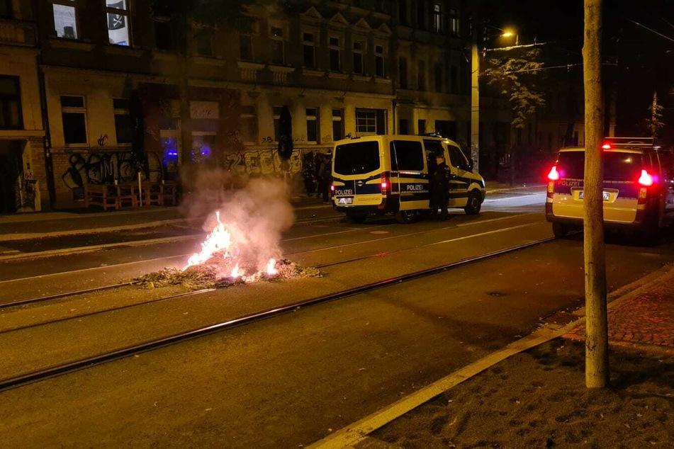 In der Mitte der Bornaischen Straße wurde ein kleines Feuer gelegt. Die Polizei rückte an.