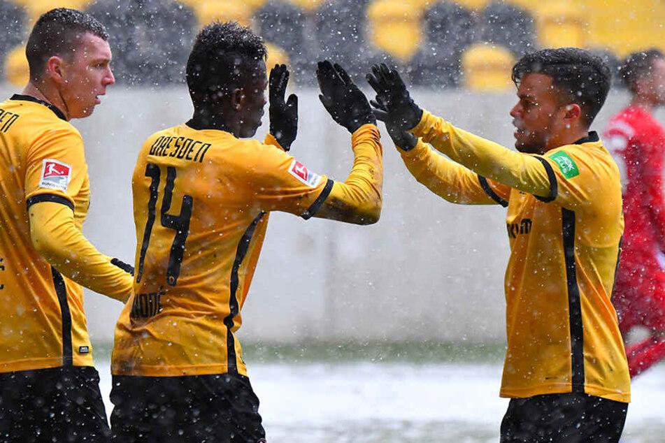 Dynamos Kicker Haris Duljevic, Moussa Kone und Sascha Horvath bejubeln ein Tor beim 7:0-Testspiel-Kantersieg gegen Budissa Bautzen.