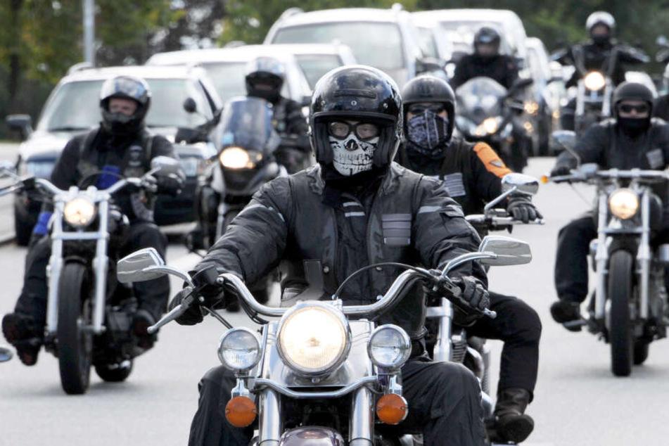 Rocker fahren mit ihren Motorrädern durch die Stadt. (Symbolfoto)