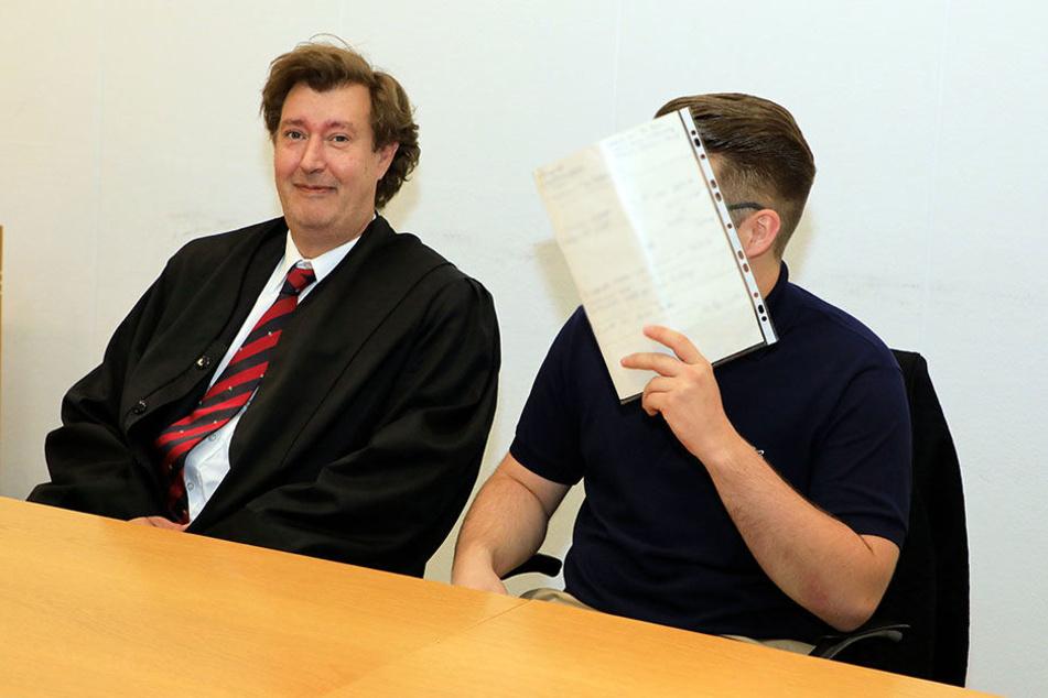 Adam P. (19) kam mit Verteidiger Marcel Börger ins Gericht, kassierte eine Bewährungsstrafe.