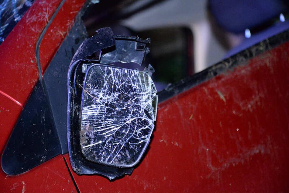 Den Schaden schätzt die Polizei auf 1000 Euro. Das Auto wurde abgeschleppt.