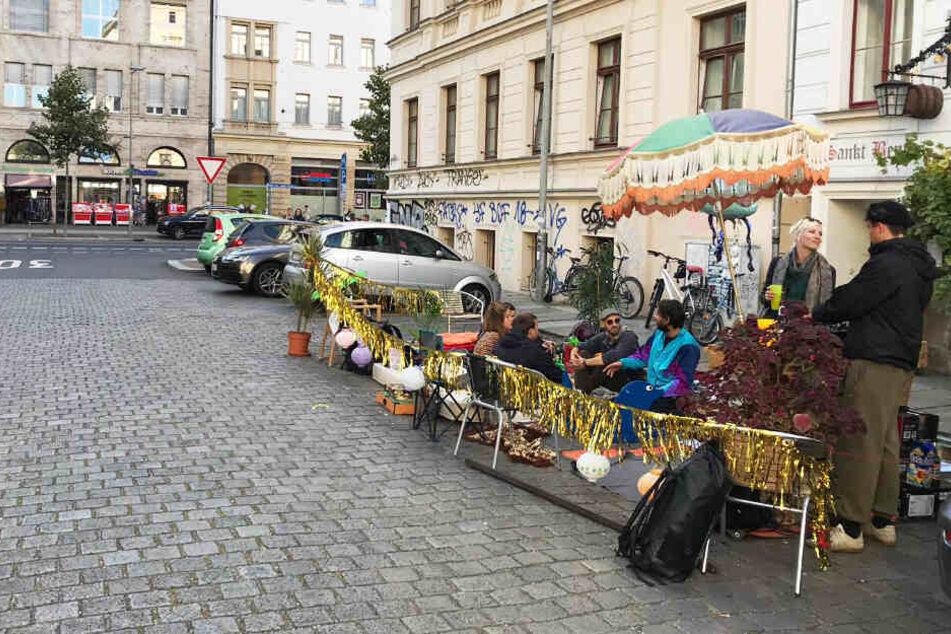 """Hier wurde der Parkplatz zum Party-Areal gemacht: Überall in der Stadt beteiligten sich die Leipziger am """"Parking Day""""."""