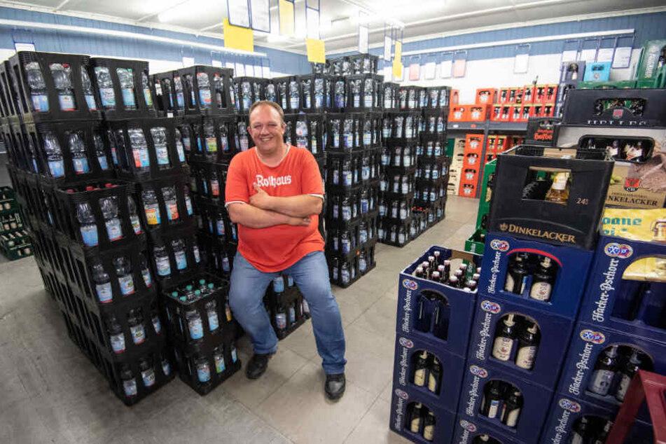 In seinem Markt werden bald keine Plastikflaschen mehr verkauft.