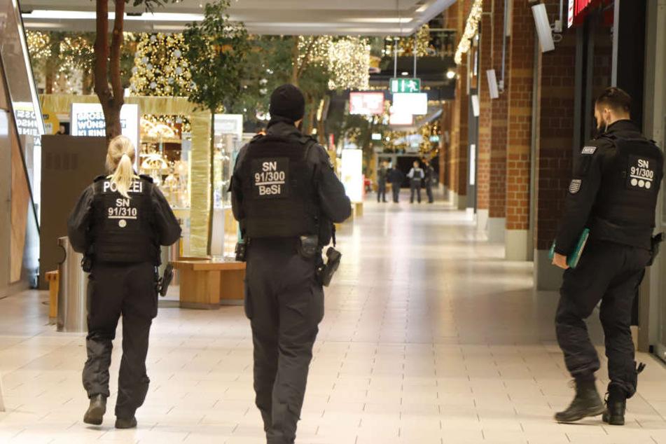 Erst das Jugendamt, jetzt die Sachsen-Allee: Die Bombendrohungen schaden Händlern im Weihnachtsgeschäft.
