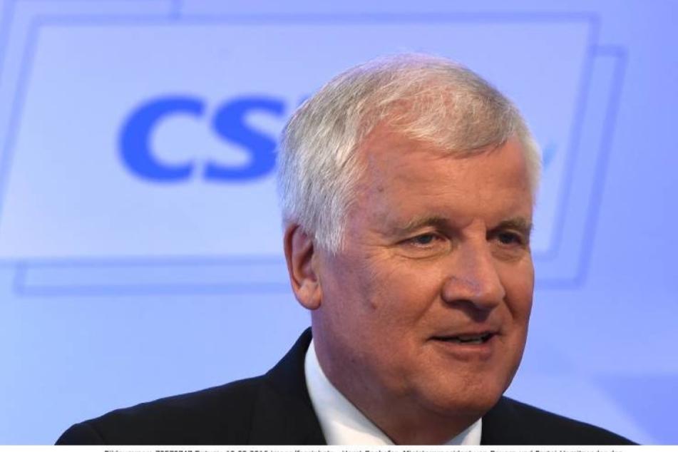 CSU-Chef Horst Seehofer will jetzt strenge Kontrollen einführen. Auch für Flüchtlinge, die schon hier leben.