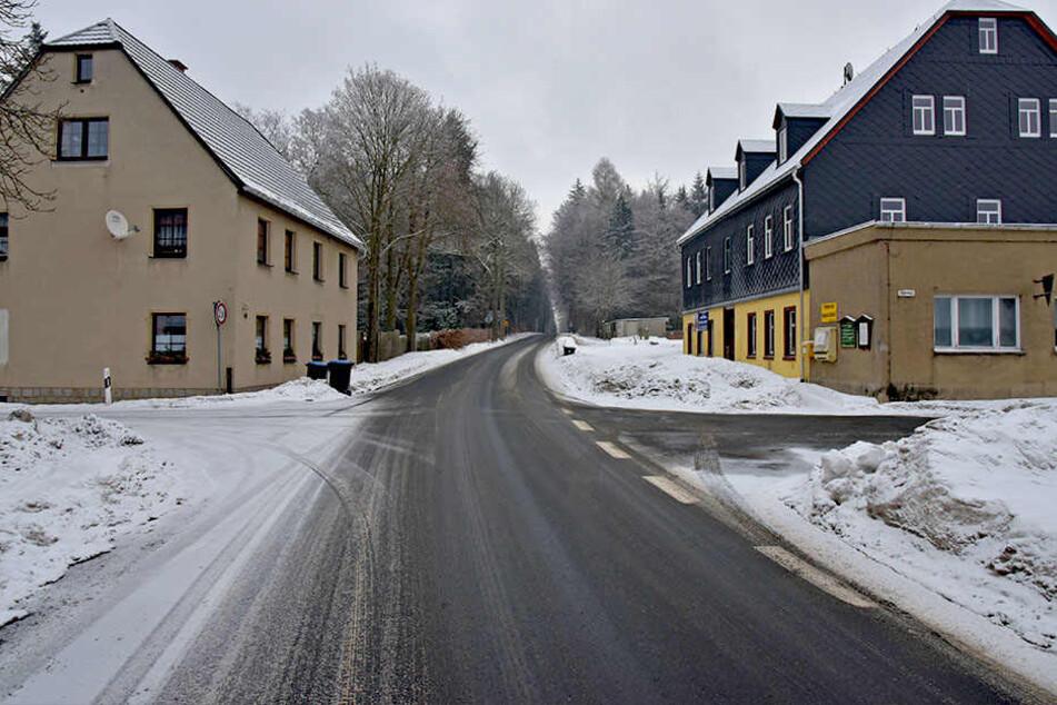 Für diese Straße im Erzgebirge konnte sich der Freistaat nicht mehr erwärmen.  Jetzt soll der Kreis damit glücklich werden.