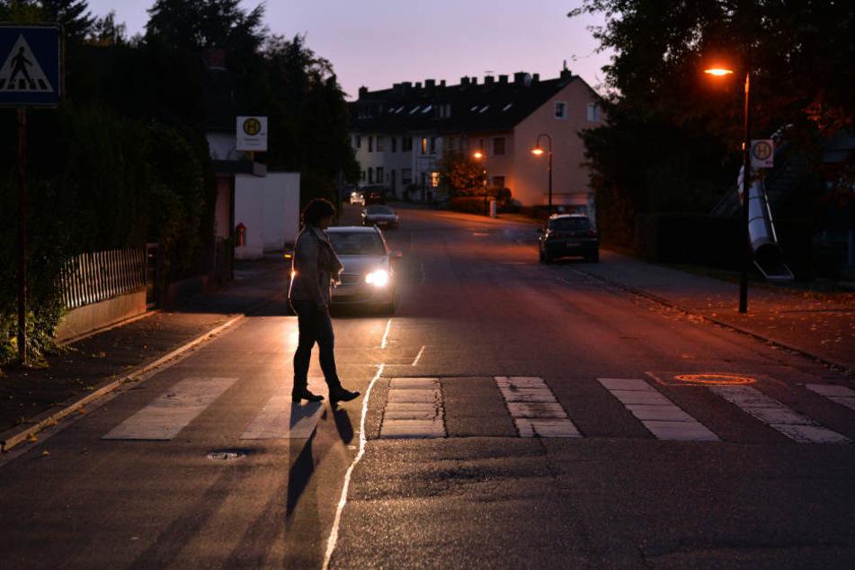 Der Autofahrer fuhr wieder an, bevor die Frau die Straße überquert hatte. (Symbolbild)
